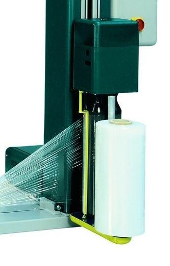 Machine d'emballage sous étirable avec convoyeur porte bobine
