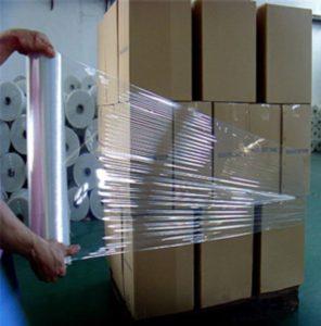 palette carton sous film étirable transparent